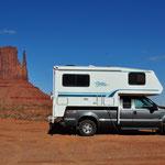 Unser Truck-Camper posiert vor dem West Mitten Butte.