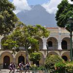Ausblick vom Parque Central auf den Vulkan.