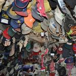 An der Decke hängen etliche Baseballcaps, Visitenkarten, ja sogar BH's und Slips.