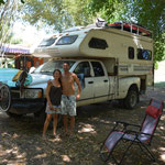 Daina und Stefan aus Nova Scotia mit ihrem Truck-Camper.