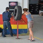 Angi schaut dem Mechaniker auf die Finger ;-)