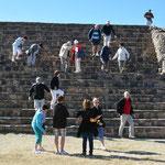 Die Besichtigung von Ruinen stellt manche Leute vor Herausforderungen. Die Stufen sind meistens uneben und steil.