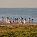 """Ein Teil der Mitglieder des """"Leadership-Seminars"""" geniesst den frühmorgendlichen Sonnenaufgang."""
