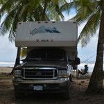 Wir passen auf, dass wir nicht direkt unter einer Palme parkieren. Mit herabfallenden Kokosnüssen ist nicht zu spassen!