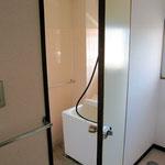 ④バスルーム(浴室床が古いタイル貼りの為、保温性が悪く、冬場は寒い)