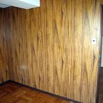 ③洋室(壁紙の色が暗色の為、暗く狭く感じる)