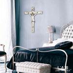 Crocifissi </br> Colore: bianco - decoro antracite argento </br> Codice: CR29 | Misura: 23x30 cm