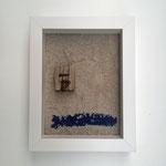 """Strand gut - Wasser blau"" | Strandgut, Sand, Objektrahmen | 28 x 22 cm"