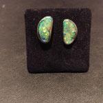 Ohrstecker mit je einem Opal in Silber