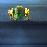 Ring in Gold nach altem Buch mit aus Edelstein handgefertigten Skarabäus