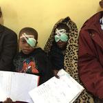 """""""Ist der Mzungu da?"""" Zwei junge Patienten nach der OP"""