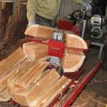 ②専用の薪割り機で扱いやすい大きさに加工されます。