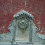 détail de la fontaine à chaque bout du bâtiment en U