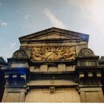 détail de la porte de la salle de dessin où se formaient les tailleurs de pierre qui oeuvrèrent à Lourdes
