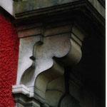 corbeaux sous balcon des 2 pavillon d'honneur à l'entrée de l'école