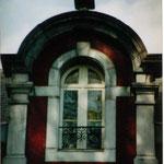 la fenêtre surmontée de l'urne indiquant aux gens que c'est l'école de la République