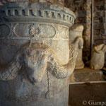 Antiquarium o Open Air Museum all'interno del Balık Pazarı (mercato del pesce) - Altari periodo tardo ellenistico-romano