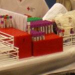 Untersuchungsröhrchen und Blutbeutel ihrer Spende sind mit einem identischen Strichcode gekennzeichnet, um Verwechslungen von vornherein auszuschließen.