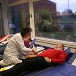 Nun geht das eigentliche Blutspenden los. Bei der Blutspende werden Ihnen ca. 500 ml Blut entnommen.