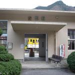 駅舎とキハ58 554(2009年3月)