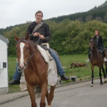 Ulla reitet Bolle zur Halle