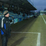 April 2013: Trainer Werner Pastorek blickt enttäuscht auf den Rasen des Ostfriesland-Stadions in Emden. Der VfL hat eine 2:0-Führung im Derby verspielt und unterliegt dem BSV Kickers mit 2:4.