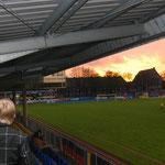 April 2013: Der Himmel brennt!  Der Leeraner Abendhimmel passt sich der Dramatik des vorentscheidenden Spiels gegen Eintracht Nordhorn an. Der VfL gewinnt das Duell mit 2:1.