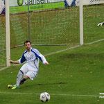 November 2012: Mit Glück und Geschick rettet der VfL einen Punkt bei Eintracht Nordhorn. Hier klärt David Bahne vor der Linie.