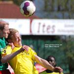 Mai 2013: Der VfL (hier: Henne Westermann) beißt auf die Zähne. Personell geht Germania schon seit Wochen auf dem Zahnfleisch. Beim 0:0 im Ostfriesland-Duell in Pewsum ist Leer trotzdem die bessere Mannschaft.