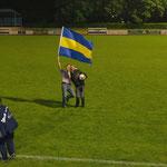 Juni 2013: Flagge zeigen nach dem Klassenerhalt! Torhüter Marcel Lücking und VfL-Vorstandsmitglied Peter Hölscher freuen sich nach der Rückkehr aus Dodesheide auf dem Rasen des Hoheellernstadions über den gelungenen Saisonabschluss.