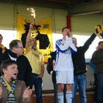 Oktober 2012: Ausgelassen feiert Marvin Walocha den ersten VfL-Auswärtssieg der Saison mit den mitgereisten Fans. Walocha hatte bei Union Lohne kurz vor Schluss den Treffer zum 1:0 erzielt.