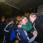 März 2013: Euphorie nach dem 4:1 über Pewsum. Fans und Verantwortliche herzen die Spieler.