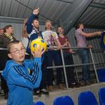 Juni 2013: Rollentausch! Nach der Rückkehr aus Dodesheide wurde der Klassenerhalt im Hoheellernstadion und im Clubheim gefeiert. Dabei kam es auch zum Rollentausch. Während sich einige Fans auf den Rasen begaben, wurden sie von den VfL-Spielern aus dem Fa