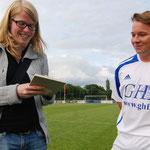 Juli 2012: Die Neuen im Blickpunkt. Der VfL stellte der Presse und den Fans seine neue Mannschaft vor. Das Fotos zeigt Neuzugang Alex Vogel im Gespräch mit Redakteurin Martina Nagel von der Rheiderland-Zeitung.