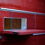 Zweite Version des Einfluglochs in das Schutzhaus. Im Sommer kann man das Loch mit Plexiglas verschließen oder öffnen, um den Innenbereich heller zu bekommen.