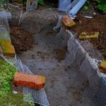 Erde wurde ausgehoben und ein Drahtnetz gegen Wühlmäuse oder Ratten verlegt.