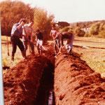 Kleingärtnerverein Brühl e.V. ca 1982: Drainagen legen - beim Graben