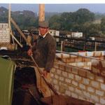 Kleingärtnerverein Brühl e.V. ca 1982: Eine Laube entsteht- bei der Arbeit