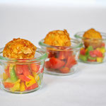 Tofu-Karotten-Bällchen im Knuspermantel auf Paprikasalat