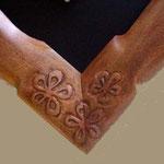 Cadre Jaabi avec sculpture dans un angle : motif fleur