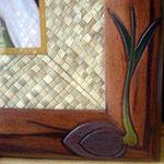 Sculpture en couleurs dans un angle : motif coco germé