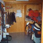 Sattelkammer mit je einem Spind, Sattelhalter und Trensenhalter pro Pferd.