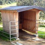 Die Futterhütte - mehrere Futterplätze sorgen für Bewegung.