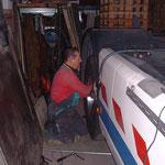 MAN 19.462 Jg.08.1990 460PS V10 mit Seitenverkleidung,H.R.Dasen bei Unterhaltsarbeiten Zuhause in der LKW-Garage