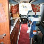 Setra S 209 HM Jg.06.1981 Sicht nach Vorn Rechts Sitzplatz,Links Küche,im Jahr 2007 ganz linksDusche,dann unten Türe zum Kühlschrank 80lt.,20ltTiefkühlfach, ganz rechts WC, gerade aus vorne Fahrer-Heizschrank.