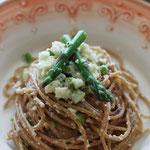 Vollkornspaghetti mit Blumenkohl und Spargel vegan.