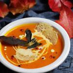 Hokkaido-Kürbissuppe mit Salbei und Parmesan-Taler.