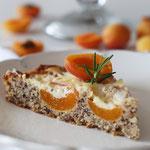 Aprikosenkuchen mit Mandelteig, Schmand und Rosmarin.