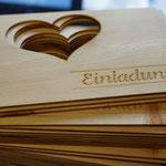 Gravierte Hochzeitseinladungen aus Zirbenholz