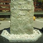 Beschrifteter Stein mit Acrylglas-Buchstaben